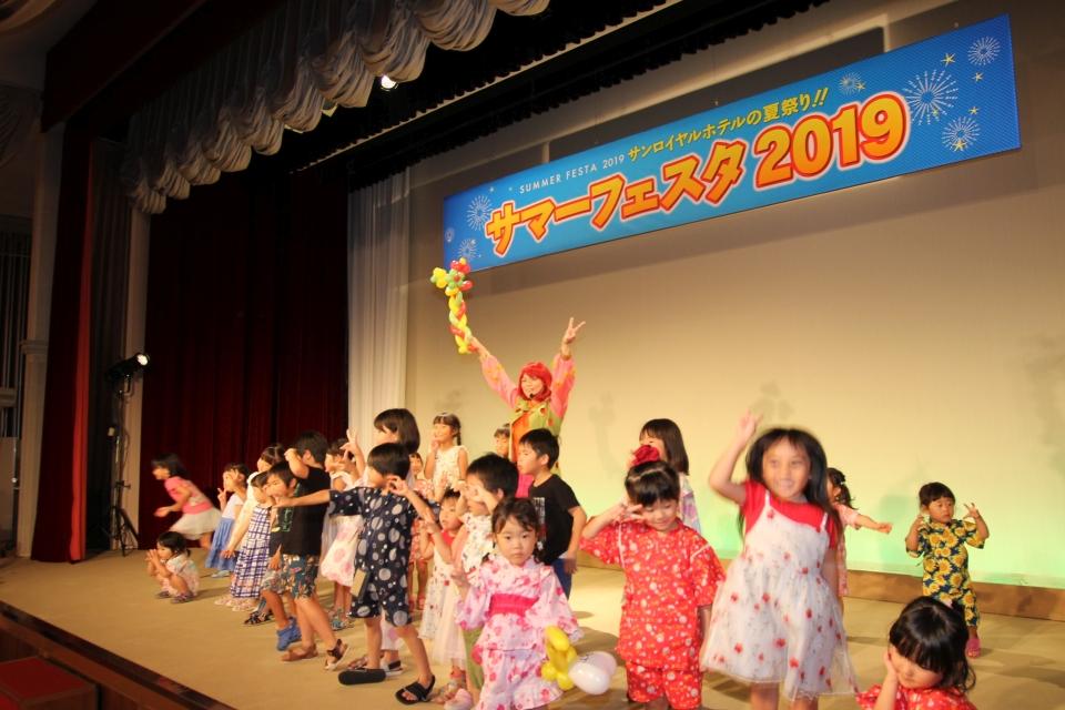 ステージで楽しく歌って踊って