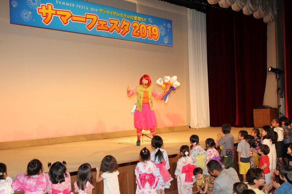 ステージ前にかぶりつきの子供達(*^▽^*)