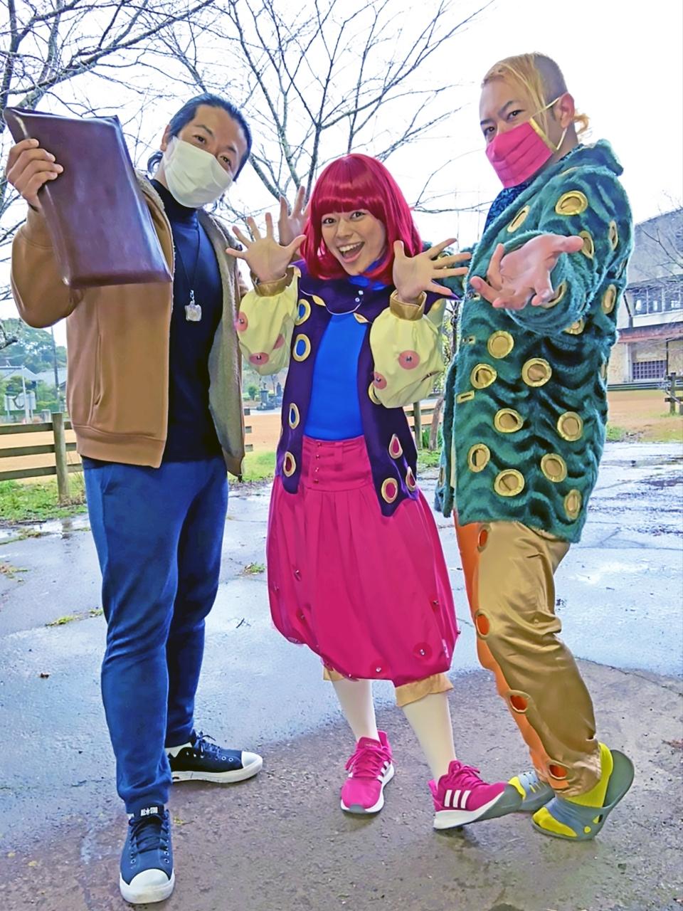 博多兄弟と新しい衣装のエミリー